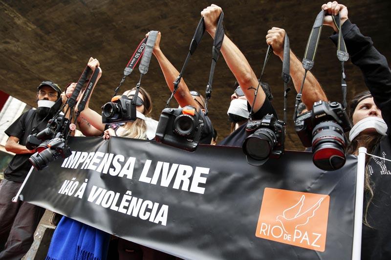BRA01. SAO PAULO (BRASIL), 14/09/2016.- Fotógrafos protestan contra la violencia policial sufrida en la cobertura de recientes manifestaciones contra el Gobierno del presidente, Michel Temer, hoy, miércoles 14 de septiembre de 2016, en Sao Paulo (Brasil). El acto, convocado por la ONG Río de Paz, reunió en la mañana de este miércoles en la céntrica Avenida Paulista, frente al Museo de Arte de Sao Paulo (MASP), a unos treinta profesionales de la imagen, que con carteles, camisetas negras y parches en alguno de sus ojos reclamaron por la actuación policial en las últimas protestas. EFE/Sebastião Moreira
