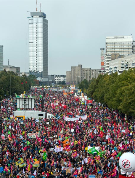 SKM2216. Berlin (Germany), 17/09/2016.- Thousands of people take part in a demonstration against two international trade agreements in Berlin, Germany, 17 September 2016. Protest marches and demontrations against the planned Comprehensive Economic and Trade Agreement (CETA) between Canada and the European Union (EU) and the Transatlantic Trade and Investment Partnership (TTIP) between the USA and EU were held simultaneously in several cities in Germany. (Protestas, Alemania, Estados Unidos) EFE/EPA/MONIKA SKOLIMOWSKA