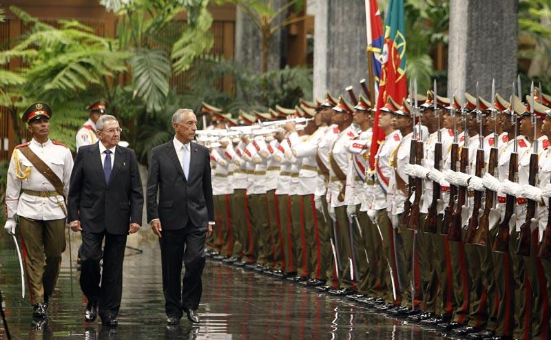 HAB106. LA HABANA (CUBA), 26/10/2016.- El presidentes de Cuba, Raúl Castro (2i), recibe a su homólogo de Portugal, Marcelo Rebelo de Sousa (c), hoy, miércoles 26 de octubre del 2016, antes de una reunión en La Habana (Cuba). EFE/Ernesto Mastrascusa
