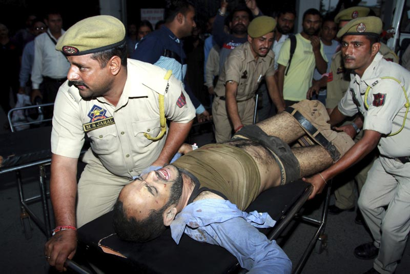 IND02 JAMMU (INDIA) 20/10/2016.- Un pasajero herido en un accidente de autobús es llevado en camilla a un hospital de Jammu, capital de invierno de la Cachemira India, hoy, 20 de octubre de 2016. Al menos 19 personas murieron y otras 40 resultaron heridas hoy al precipitarse por un desfiladero el autobús en el que viajaban en el estado de Jammu y Cachemira, en el norte de la India. EFE/Jaipal Singh