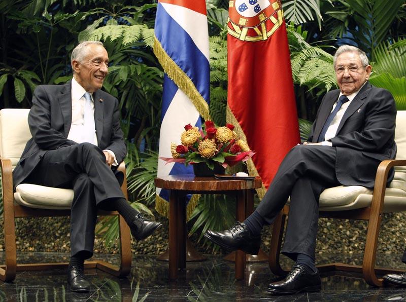 HAB106. LA HABANA (CUBA), 26/10/2016.- El presidentes de Cuba, Raúl Castro (d), posa junto a su homólogo de Portugal, Marcelo Rebelo de Sousa (i), hoy, miércoles 26 de octubre del 2016, antes de una reunión en La Habana (Cuba). EFE/Ernesto Mastrascusa