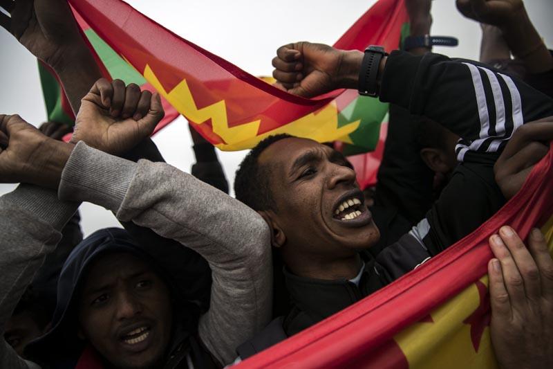 """TIB01 CALAIS (FRANCIA), 24/10/2016.- Inmigrantes etíopes de la étnia oromo son escoltados por la policía durante la evacuación del campo de inmigrantes de Calais, el mayor de Francia hoy 24 de octubre de 2016. El ministro francés del Interior, Bernard Cazeneuve, subrayó hoy el carácter humanitario del desmantelamiento del campamento de inmigrantes conocido como la """"jungla"""" de Calais, y aseguró que se está llevando a cabo de forma tranquila y controlada. EFE/Etienne Laurent"""