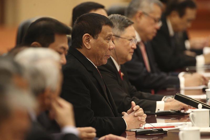 PEK04 PEKÍN (CHINA) 20/10/2016.- El presidente filipino, Rodrigo Duterte (c), mantiene una reunión con el primer ministro chino, Li Keqiang (no aparece), en el Gran Palacio del Pueblo en Pekín (China) hoy, 20 de octubre de 2016. EFE/Wu Hong / Pool