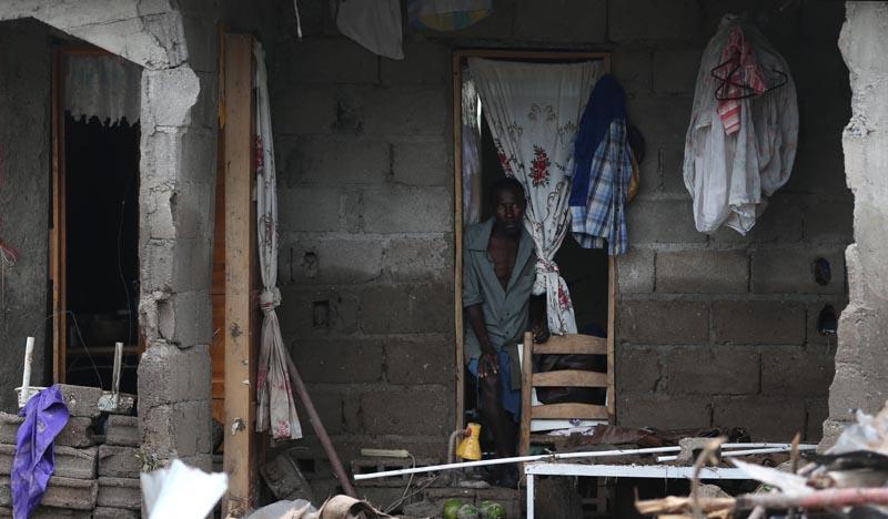 HAI27. LES CAYES (HAITI), 06/10/16.- Un hombre observa su casa destruida hoy, jueves 6 de octubre de 2016, en Les Cayes (Haití), tras el paso del huracán Matthew por la isla. Las autoridades de Protección Civil de Haití informaron hoy que aumentó a 264 el número de personas fallecidas como consecuencia del huracán Matthew, que el martes pasado azotó el empobrecido país. EFE/Orlando Barría