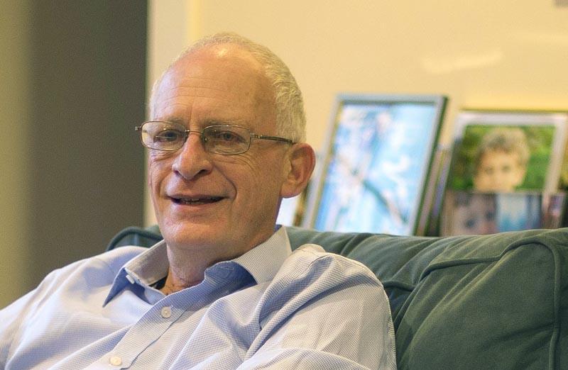 """MCX03 LEXINGTON (ESTADOS UNIDOS) 10/10/2016.- El profesor de Economía de Harvard Oliver Hart posa en su casa en Lexington, Massachusetts (Estados Unidos) hoy, 10 de octubre de 2016. El estadounidense Oliver Hart y el finlandés Bengt Holmström son los ganadores del Nobel de Economía 2016 por """"sus contribuciones a la teoría de los contratos"""", anunció hoy la Real Academia de las Ciencias Sueca. EFE/CJ Gunther"""