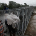 Haití: Huracán Matthew derriba puente y aísla sur del país (VIDEO)