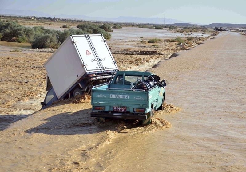 SSA01 QENA (EGIPTO), 28/10/2016.- Vista de dos coches de la riada en una carretera de Qena, a 575 kilómetros al sur de El Cairo, Egipto hoy 28 de octubre de 2015. Según las autoridades egipcias al menos 15 personas han muerto debido a las fuertes lluvias en la zona. EFE/Ibrahim Zayed **PROHIBIDO SU USO EN EGIPTO**