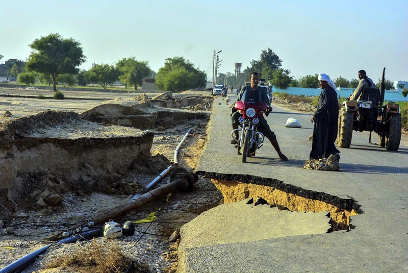 SSA01 QENA (EGIPTO), 28/10/2016.- Vista de los desperfectos en una carretera debido a las lluvias en la localidad de Asyut, a 400 kilómetros al sur de El Cairo, Egipto hoy 28 de octubre de 2015. Según las autoridades egipcias al menos 15 personas han muerto debido a las fuertes lluvias en la zona. EFE/Mohamed Hakim **PROHIBIDO SU USO EN EGIPTO**