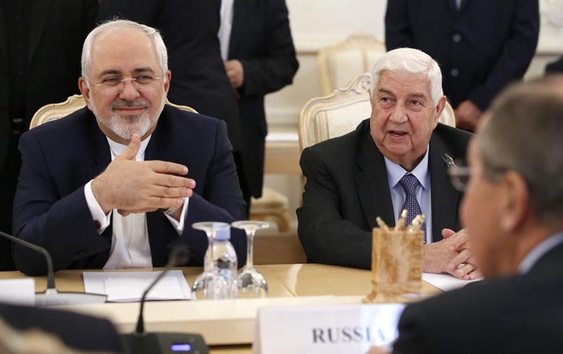 MOS22 MOSCÚ (RUSIA) 28/10/2016.- El ministro de Asuntos Exteriores sirio, Walid al-Moallem (d), y su homólogo iraní, Mohamad Yavad Zarif, durante su encuentro con su colega ruso, Sergéi Lavrov, en Moscú, Rusia, hoy, 28 de octubre de 2016. Rusia, Siria e Irán abogaron hoy por restablecer la tregua en el país árabe, mejorar la situación humanitaria y, al mismo tiempo, intensificar la lucha contra el terrorismo. EFE/Sergei Chirikov