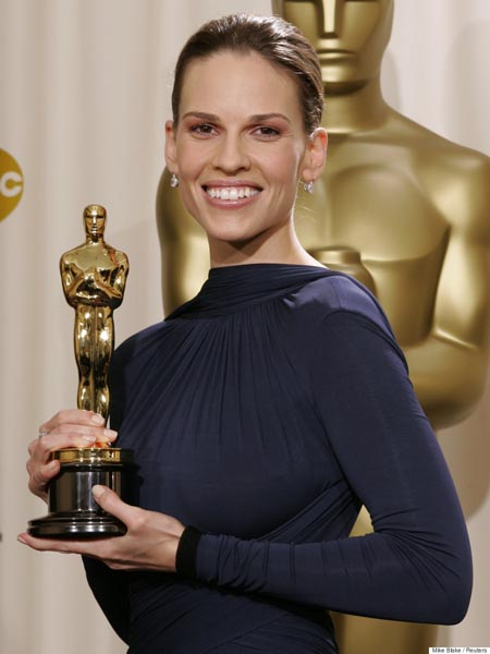 """Actress Hilary Swank poses with her Oscar statue at the 77th annual Academy Awards in Hollywood, February 27, 2005. Swank won the Academy Award for best actress, for her role in the film """"Million Dollar Baby."""" REUTERS/Mike Blake Pictures of the month February 2005 Pictures of the Year 2005 JM"""