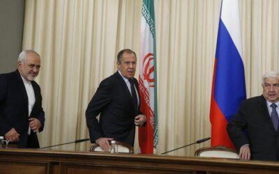 MOS22 MOSCÚ (RUSIA) 28/10/2016.- Los ministros de Asuntos Exteriores de Siria, Walid al-Moallem (d); Rusia, Sergéi Lavrov (c), e Irán, Mohamad Yavad Zarif, a su llegada a la rueda de prensa que ofrecieron tras su consulta trilateral en Moscú, Rusia, hoy, 28 de octubre de 2016. Rusia, Siria e Irán abogaron hoy por restablecer la tregua en el país árabe, mejorar la situación humanitaria y, al mismo tiempo, intensificar la lucha contra el terrorismo. EFE/Sergei Chirikov