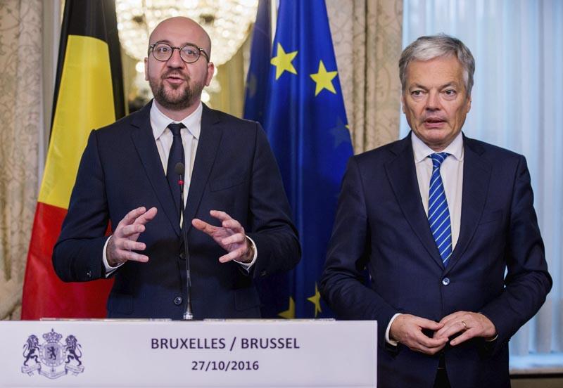 BRU22 BRUSELAS (BÉLGICA) 27/10/2016.- El primer ministro belga, Charles Michel (izq), y el ministro de Exteriores belga, Didier Reynders (dcha), hacen una declaración tras el acuerdo alcanzado respecto al acuerdo CETA en Bruselas (Bélgica) hoy 27 de octubre de 2016. La reunión entre las autoridades federales y regionales belgas pretendían lograr un acuerdo para que Valonia, la región francófona del sur de Bélgica, deje de bloquear el acuerdo de libre comercio entre la Unión Europea (UE) y Canadá, conocido como CETA. EFE/Stephanie Lecocq