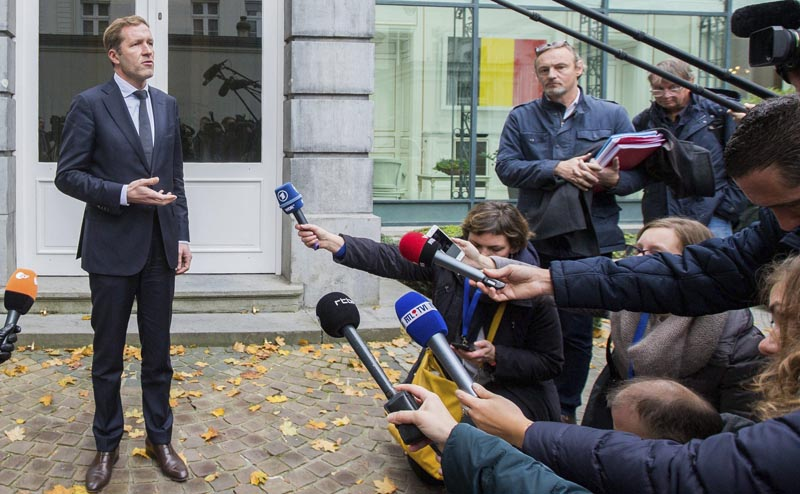 BRU19 BRUSELAS (BÉLGICA) 27/10/2016.- El ministro-presidente de Valonia, Paul Magnette (izq), se dirige a hacer una declaración tras el acuerdo alcanzado respecto al acuerdo CETA en Bruselas (Bélgica) hoy 27 de octubre de 2016. La reunión entre las autoridades federales y regionales belgas pretende lograr un acuerdo para que Valonia, la región francófona del sur de Bélgica, deje de bloquear el acuerdo de libre comercio entre la Unión Europea (UE) y Canadá, conocido como CETA. EFE/Stephanie Lecocq