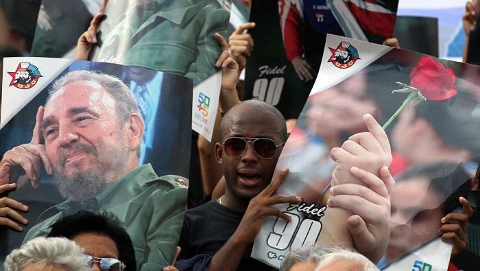 HAB01. LA HABANA (CUBA) 26/11/2016.- Cientos de jóvenes cubanos participan de una concentración en la Universidad de La Habana hoy, sábado 26 de noviembre de 2016, para recordar al líder de la revolución cubana Fidel Castro, quien falleció en la noche de ayer a la edad de 90 años, en La Habana (Cuba). EFE/ALEJANDRO ERNESTO