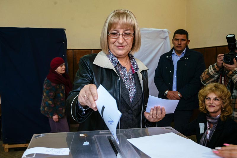 Tsetska Tsacheva, candidate of the Bulgarian Citizens for European Development of Bulgaria (GERB) centre-right party, casts her ballot during the presidential elections at a polling station in the town of Pleven on November 6, 2016. Bulgarians vote in a first round of presidential elections, a key test of Prime Minister Boyko Borisov's popularity in the EU's poorest country. / AFP PHOTO / DIMITAR DILKOFF