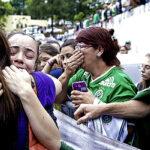 Miles de aficionados lloran en tribunas del estadio de Chapecoense (FOTOS)