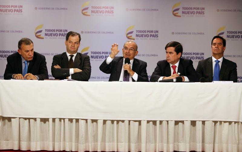 BOG17. BOGOTÁ (COLOMBIA), 15/11/2016.- El jefe negociador del Gobierno de Colombia, Humberto de la Calle (c), habla junto a Roy Barreras (i), Sergio Jaramillo (2i), Juan Fernando Cristo (3d) y Frank Pearl (d), durante un encuentro con los medios de comunicación hoy, martes 15 de Noviembre de 2016, en Bogotá (Colombia). El nuevo acuerdo de paz firmado el sábado por el Gobierno colombiano y las FARC es el definitivo y queda pendiente por fijar solo la manera como será refrendado antes de proceder a su implementación, dijo hoy el jefe negociador oficial en una rueda de prensa en la Casa de Nariño en la capital, donde explicó detalles de lo pactado. EFE/MAURICIO DUEÑAS CASTAÑEDA