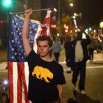 EEUU: Queman banderas en protesta contra el triunfo de Trump (VIDEO)