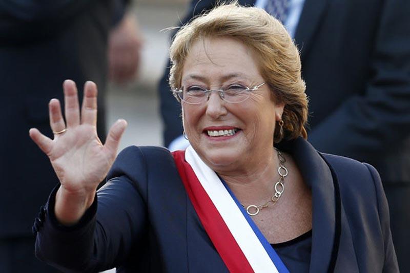 """CH07. SANTIAGO DE CHILE (CHILE), 11/03/2014. La Presidenta de la República de Chile, Michelle Bachelet (c), saluda a su llegada al Palacio de La Moneda hoy, martes 11 de marzo de 2014, en Santiago de Chile (Chile). """"Chile tiene sólo un gran adversario. Se llama desigualdad y sólo juntos podemos derrotarla"""", proclamó hoy Michelle Bachelet en su primer discurso como nueva presidenta de la República. Bachelet fue investida en su cargo esta mañana en el Congreso Nacional de Valparaiso tras ganar los comicios de diciembre y gobernará por un periodo de cuatro años. EFE/Felipe Trueba"""
