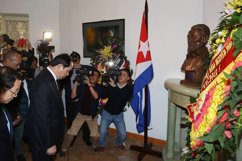 LIN18. Hanoi (Viet Nam), 28/11/2016.- Vietnam's President Tran Dai Quang (L) pays tribute to late Cuban leader Fidel Castro at the Embassy of Cuba in Hanoi, Vietnam, 28 November 2016. Former Cuban President Fidel Castro died at the age of 90, in Cuba, on 25 November 2016. EFE/EPA/STR