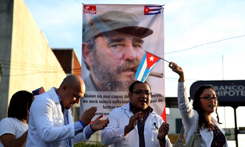 ES01. SAN SALVADOR (EL SALVADOR), 27/11/2016- Médicos salvadoreños becados en Cuba participan de un homenaje a Fidel Castro hoy, domingo 27 de noviembre de 2016, en San Salvador (El Salvador). La embajadora de Cuba en El Salvador, Iliana Fonsena, dijo ante unas 250 personas que asistieron a un homenaje que se rindió al líder cubano fallecido el pasado viernes, Fidel Castro, que no es momento para despedidas, sino de confiar más en la victoria. EFE/Rodrigo Sura