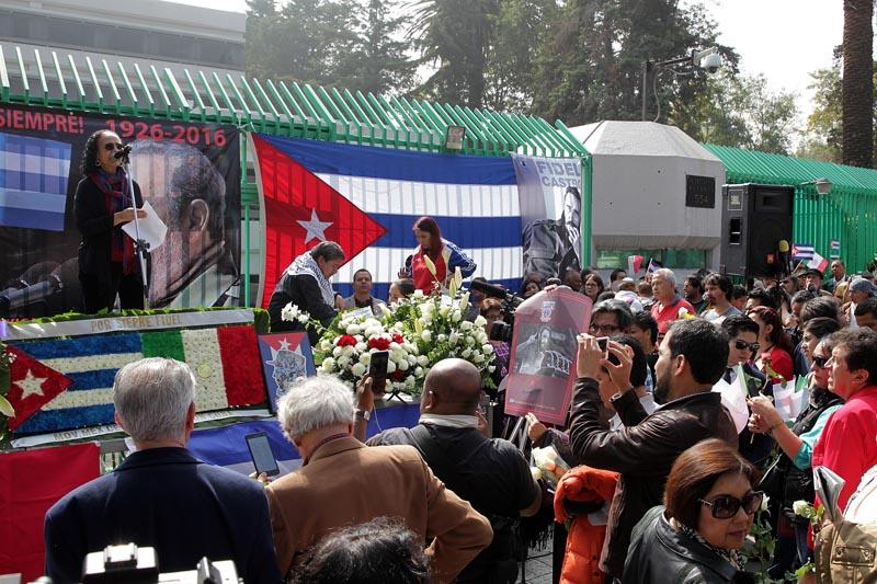 MEX123. CIUDAD DE MÉXICO, (MÉXICO), 27/11/2016.- La embajadora de Venezuela en México, María Lourdes Urbaneja (i), participa en un mitin con motivo de la muerte del líder cubano Fidel Castro hoy, domingo 27 de noviembre de 2016, en las afueras de la Embajada de Cuba en Ciudad de México (México). EFE/Alex Cruz