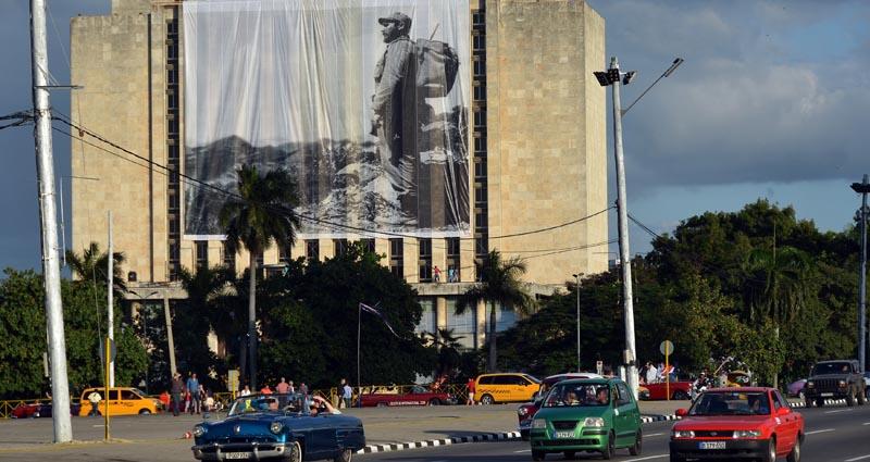 HAB207. LA HABANA (CUBA), 27/11/16.- Fotografía donde se ve un lienzo con la imagen del fallecido líder cubano Fidel Castro hoy, domingo 27 de noviembre de 2016, en la Plaza de la Revolución donde a partir de mañana lunes descansarán las cenizas del fallecido líder de la revolución, en La Habana (Cuba). EFE/Rolando Pujol