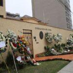 Arreglos florales continúan llegando a embajada de Cuba