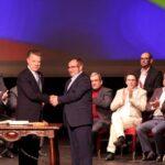 Santos y las FARC firman el nuevo acuerdo de paz de Colombia