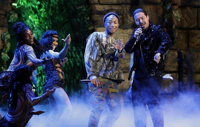ALX001 LAS VEGAS (ESTADOS UNIDOS) 18/11/2016.- Los cantantes Pharrell Williams (2d) y J Balvin (d) actúan durante la gala de los Grammy Latino celebrada en el T-Mobile Arena de Las Vegas, Nevada, Estados Unidos, ayer, 17 de noviembre de 2016. EFE/Paul Buck