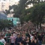 Tragedia del Chapecoense: Miles de fans se congregan en estadio (VIDEOS)