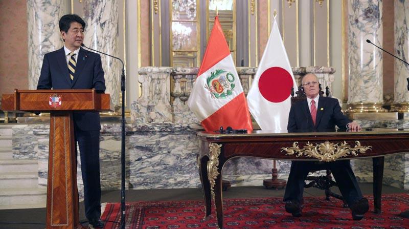 LIM104. LIMA (PERÚ), 18/11/2016.- El primer ministro japonés, Shinzo Abe (i), habla durante una reunión con el presidente de Perú, Pedro Pablo Kuczynski (d), hoy, viernes 18 de noviembre de 2016, en el Palacio de Gobierno de Lima (Perú). El presidente de Perú, Pedro Pablo Kuczynski, recibió hoy con honores de Estado al primer ministro de Japón, Shinzo Abe, quien llegó a Lima en una visita oficial y para participar a partir de mañana en la Cumbre de Líderes del Foro de Cooperación Económica Asia Pacífico (APEC). EFE/Ernesto Arias