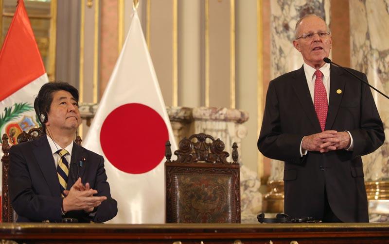 LIM106. LIMA (PERÚ), 18/11/2016.- El primer ministro japonés, Shinzo Abe (i), escucha al presidente de Perú, Pedro Pablo Kuczynski (d), hoy, viernes 18 de noviembre de 2016, en el Palacio de Gobierno de Lima (Perú). El presidente de Perú, Pedro Pablo Kuczynski, recibió hoy con honores de Estado al primer ministro de Japón, Shinzo Abe, quien llegó a Lima en una visita oficial y para participar a partir de mañana en la Cumbre de Líderes del Foro de Cooperación Económica Asia Pacífico (APEC). EFE/Ernesto Arias