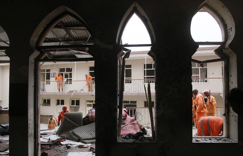 """KAB10 KABUL (AFGANISTÁN) 21/11/2016.- Trabajadores recogen los destrozos en la mezquita chiíta Baqir-ul-Olom tras un atentado suicida en Kabul (Afganistán) hoy, 21 de noviembre de 2016. Al menos 27 personas murieron y otras 35 resultaron heridas después de que un suicida atacara hoy en un templo de Kabul a los participantes de una ceremonia religiosa chií, confirmaron a Efe fuentes oficiales. """"En el ataque de hoy dentro de una mezquita chií 27 civiles han muerto y 35 han resultado heridos"""", indicó el portavoz de la Policía de Kabul, Basir Mujahid. EFE/Jawad Jalali"""