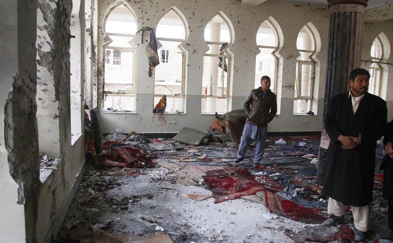 """KAB15 KABUL (AFGANISTÁN) 21/11/2016.- Varias personas inspeccionan la mezquita chiíta Baqir-ul-Olom tras un atentado suicida en Kabul (Afganistán) hoy, 21 de noviembre de 2016. Al menos 27 personas murieron y otras 35 resultaron heridas después de que un suicida atacara hoy en un templo de Kabul a los participantes de una ceremonia religiosa chií, confirmaron a Efe fuentes oficiales. """"En el ataque de hoy dentro de una mezquita chií 27 civiles han muerto y 35 han resultado heridos"""", indicó el portavoz de la Policía de Kabul, Basir Mujahid. EFE/Jawad Jalali"""