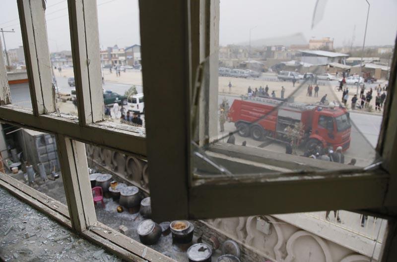 """KAB09 KABUL (AFGANISTÁN) 21/11/2016.- Detalle de una ventana rota en la mezquita chiíta Baqir-ul-Olom tras un atentado suicida en Kabul (Afganistán) hoy, 21 de noviembre de 2016. Al menos 27 personas murieron y otras 35 resultaron heridas después de que un suicida atacara hoy en un templo de Kabul a los participantes de una ceremonia religiosa chií, confirmaron a Efe fuentes oficiales. """"En el ataque de hoy dentro de una mezquita chií 27 civiles han muerto y 35 han resultado heridos"""", indicó el portavoz de la Policía de Kabul, Basir Mujahid. EFE/Jawad Jalali"""