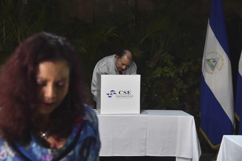 MAN05. MANAGUA (NICARAGUA), 06/11/2016.- El presidente de Nicaragua, Daniel Ortega (i), y su esposa, Rosario Murillo (i), votan hoy, domingo 6 de noviembre de 2016, durante las elecciones generales nicaragüenses, en Managua (Nicaragua). EFE/Rodrigo Arangua/Pool