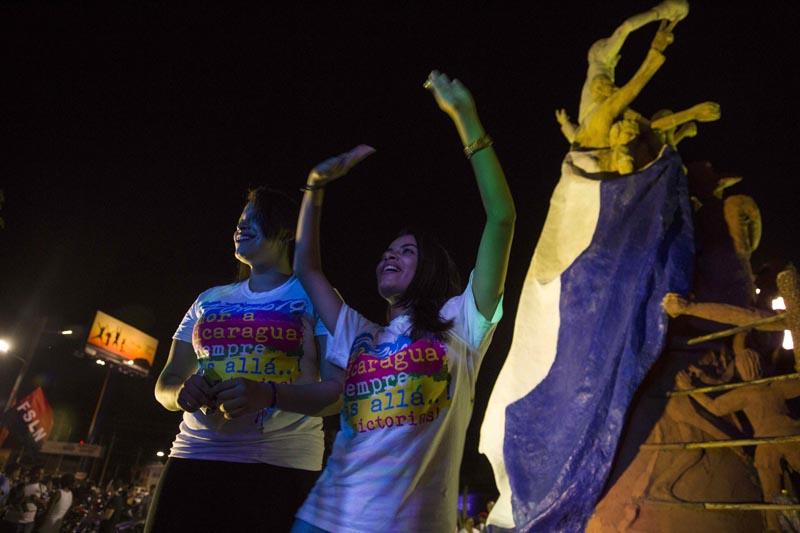 GRA004. MANAGUA (NICARAGUA), 07/11/2016.- El presidente de Nicaragua, Daniel Ortega, fue reelegido este domingo por tercera vez consecutiva con una amplia ventaja en unas elecciones sin observadores internacionales y cuyos resultados no serán reconocidos por el principal bloque opositor, que no participó en el proceso. En la imagen, dos mujeres participan de la celebracion de la ventaja del partido de gobierno en elecciones generales, hoy, 06 de noviembre de 2016, durante la finalizacion de los comicios electorales en Nicaragua. EFE/Jorge Torres