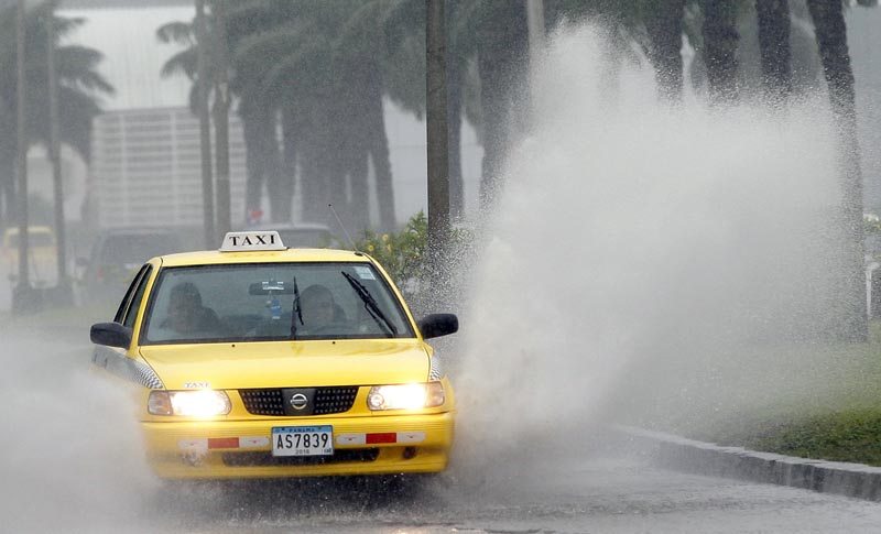 PA2008. CIUDAD DE PANAMÁ (PANAMÁ), 22/11/2016.- Un vehículo transita por una vía inundada por lluvias a causa de la tormenta tropical Otto hoy, martes 22 de noviembre de 2016, en la Ciudad de Panamá (Panamá). Las autoridades removieron el árbol que cayó sobre el auto y mató a un menor en Panamá. Al menos cuatro muertos, un desaparecido, medio centenar de viviendas destruidas, suspensión de clases e interrupciones en los aeropuertos causó hasta hoy la tormenta tropical Otto, anunciaron las autoridades de Panamá. EFE/Alejandro Bolívar