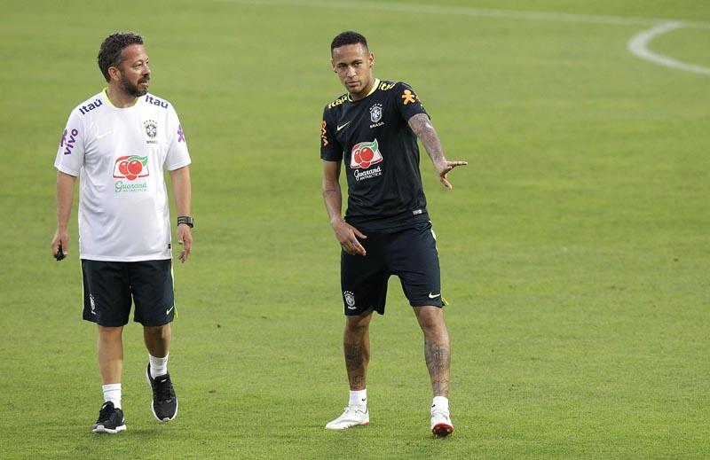 LIM01. LIMA (PERÚ), 14/11/2016.- El jugador de la selección de fútbol de Brasil, Neymar (d), es visto junto a un miembro del comando técnico hoy, lunes 14 de noviembre de 2016, durante una sesión de entrenamiento en el Estadio Nacional de Lima (Perú). Brasil enfrentará a Perú mañana, martes 15 de noviembre de 2016. EFE/GERMÁN FALCÓN