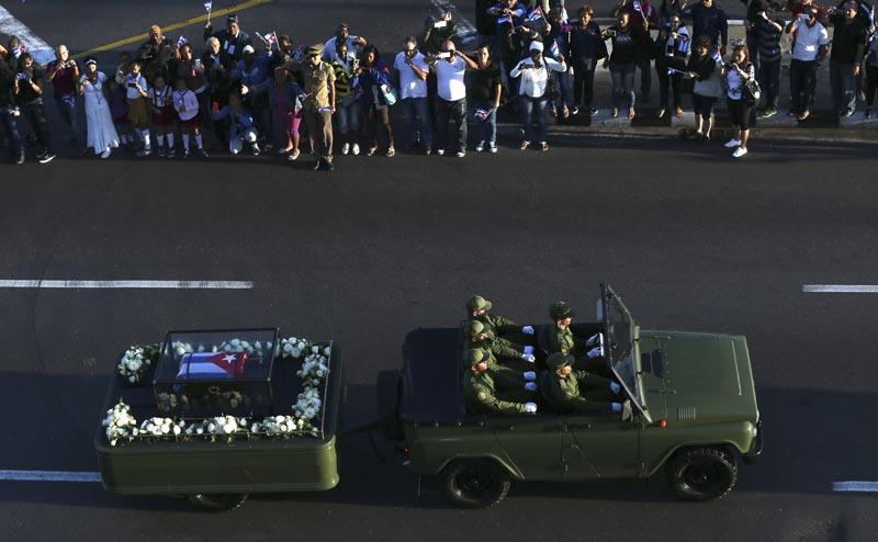 HAB43 - LA HABANA (CUBA) 30/11/2016.- Miles de personas asisten hoy, miércoles 30 de noviembre de 2016, al paso de las cenizas del fallecido líder cubano Fidel Castro en La Habana (Cuba). Las cenizas de Castro partieron hoy desde la emblemática Plaza de la Revolución de la capital cubana para el viaje de cuatro días en caravana por toda la isla, un cortejo fúnebre que terminará en Santiago de Cuba, donde se celebrará su funeral el próximo domingo. EFE/Orlando Barría
