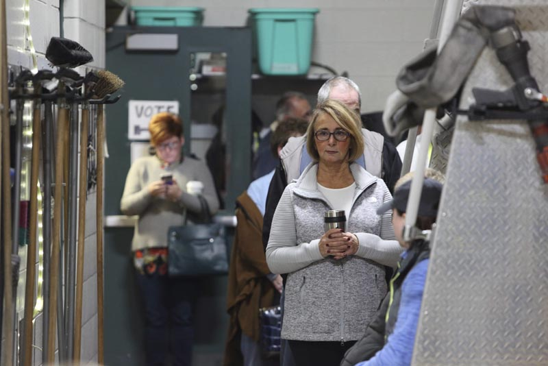 SCM04 INDIANAPOLIS (EE.UU.), 08/11/2016.- Unos ciudadanos estadounidenses votan en un colegio electoral ubicado en un parque de bomberos durante la jornada de elecciones presidenciales en Estados Unidos, en Indianapolis (Indiana, EE.UU.) hoy, 8 de noviembre de 2016. los estadounidenses deben elegir hoy al 45 presidente de su país entre la demócrata Hillary Clinton y el republicano Donald Trump. EFE/Steve C. Mitchell