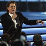 Carlos Vives rinde homenaje en concierto al club Chapecoense