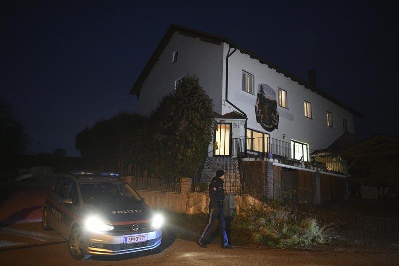 AS01 BOEHEIMKIRCHEN (AUSTRIA), 01/12/2016.- La policía llega al hotel de Böheimkirchen, en Austria, hoy, 1 de diciembre de 2016. Informes de los medios declaran que se ha cometido un asesinato múltiple en el hotel donde se hospedaba una familia. Una mujer ha disparado a su madre, a su hermano y a tres de sus hijos antes de suicidarse. No se ha dado más información y el caso esta todavía bajo investigación según la policía austriaca. EFE/Christian Bruna