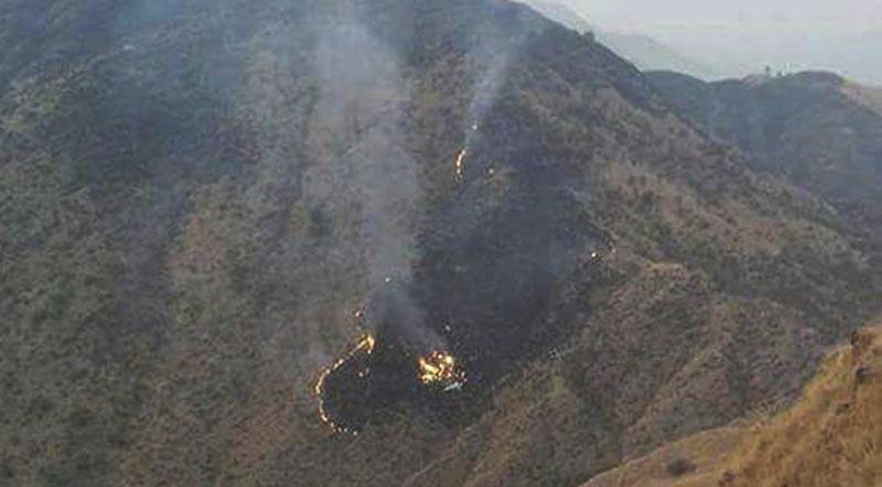 UET04 HAVELIAN (PAKISTÁN), 07/12/2016.- Vista de los restos del avión de la compañía aérea Pakistan International Airlines (PIA) tras estrellarse en Havelian, localidad situada al sur de Abbotabad, Pakistán, hoy, 7 de diciembre de 2016. Un avión se estrelló hoy en Pakistán con 40 personas a bordo cuando realizaba un trayecto entre Chitral (norte) e Islamabad, informaron hoy la Autoridad de Aviación Civil y varias fuentes. EFE/STRINGER MEJOR CALIDAD DISPONIBLE