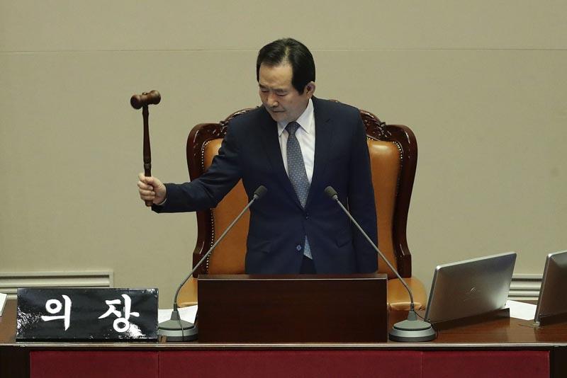 """SE43 SEÚL (COREA DEL SUR) 09/12/2016.- El presidente de la Asamblea Nacional, Chung Sye-kyun, admite la propuesta de destitución de la presidenta surcoreana, Park Geun-hye, en la Asamblea Nacional en Seúl (Corea del Sur) hoy, 9 de diciembre de 2016. El Parlamento de Corea del Sur aprobó hoy con más de dos tercios de los votos la destitución de la presidenta Park Geun-hye, implicada en el grave escándalo de la """"Rasputina coreana"""". El """"sí"""" al proceso de destitución ganó con 234 papeletas a favor, 56 en contra, 7 votos nulos y 2 abstenciones poco más de una hora después de comenzar la sesión en la que votaron 299 de los 300 representantes de la cámara baja. La pelota cae ahora en el tejado del Tribunal Constitucional, donde al menos seis de sus nueve jueces deben dar el visto bueno a la decisión del parlamento, en un proceso que llevaría 180 días como máximo. EFE/Chung Sung-Jun / Pool"""