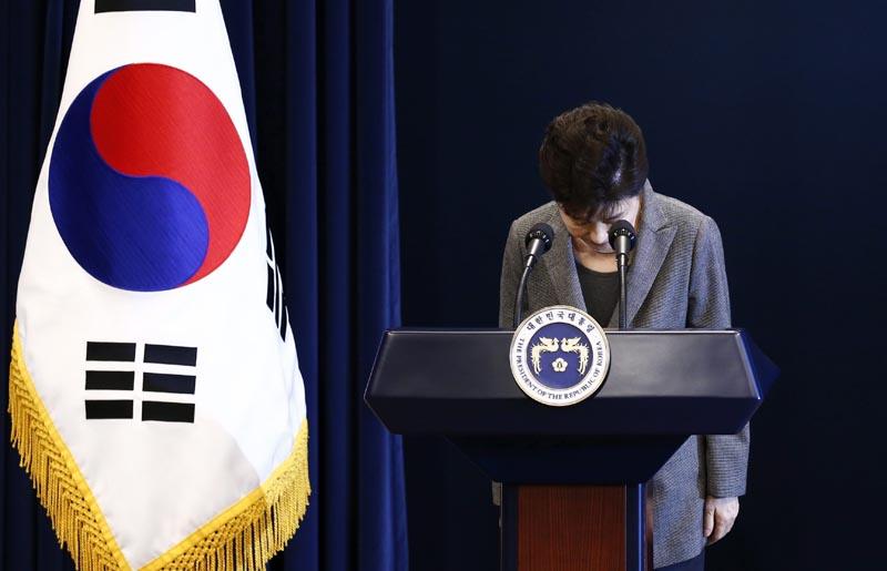 """FILE SEÚL (COREA DEL SUR) 29/11/2016.- Imagen de archivo tomada el 29 de noviembre de 2016 muestra a la presidenta, Park Geun-Hye, al finalizar un discurso ante la nación el 29 de noviembre de 2016. El Parlamento de Corea del Sur aprobó hoy, 9 de diciembre de 2016, con más de dos tercios de los votos la destitución de la presidenta Park Geun-hye, implicada en el grave escándalo de la """"Rasputina coreana"""". El """"sí"""" al proceso de destitución ganó con 234 papeletas a favor, 56 en contra, 7 votos nulos y 2 abstenciones poco más de una hora después de comenzar la sesión en la que votaron 299 de los 300 representantes de la cámara baja. La pelota cae ahora en el tejado del Tribunal Constitucional, donde al menos seis de sus nueve jueces deben dar el visto bueno a la decisión del parlamento, en un proceso que llevaría 180 días como máximo. EFE/Jeon Heon-Kyun/Pool"""