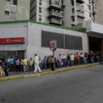 Venezuela: Miles acuden a bancos a entregar billetes de 100 bolívares