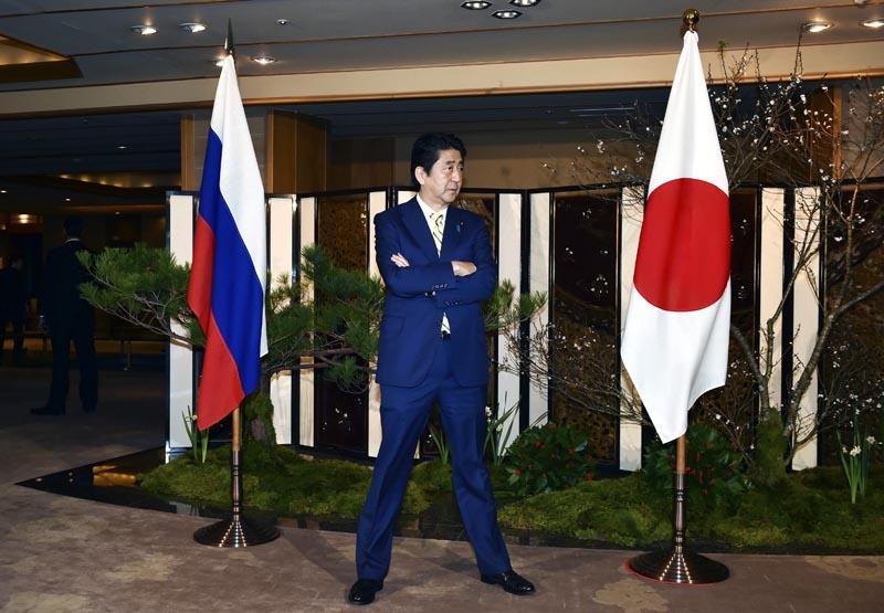 KN429 NAGATO (JAPÓN), 15/12/2016.- El primer ministro japonés, Shinzo Abe, espera la llegada del presidente ruso, Vladimir Putin, en Nagato (Japón) hoy, 15 de diciembre de 2016. EFE/Kazuhiro Nogi / Pool