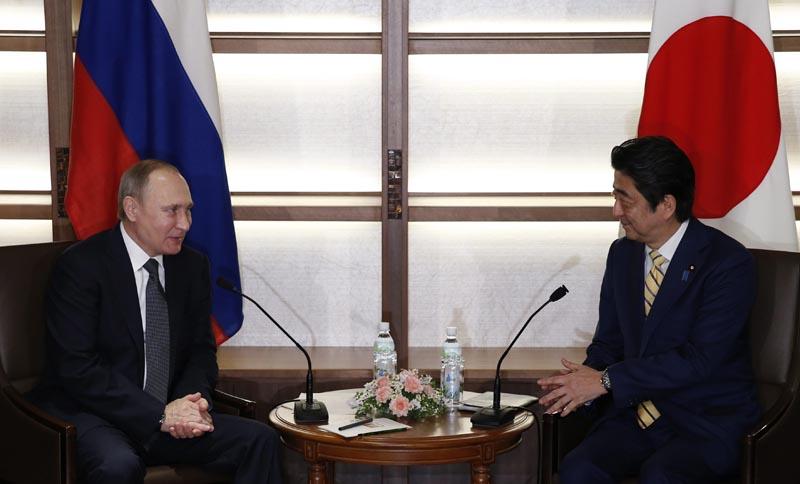 KN429 NAGATO (JAPÓN), 15/12/2016.- El presidente ruso, Vladimir Putin (i), se reúne con el primer ministro japonés, Shinzo Abe, antes del encuentro que mantuvieron en Nagato (Japón) hoy, 15 de diciembre de 2016. EFE/Toru Hanai / POOL